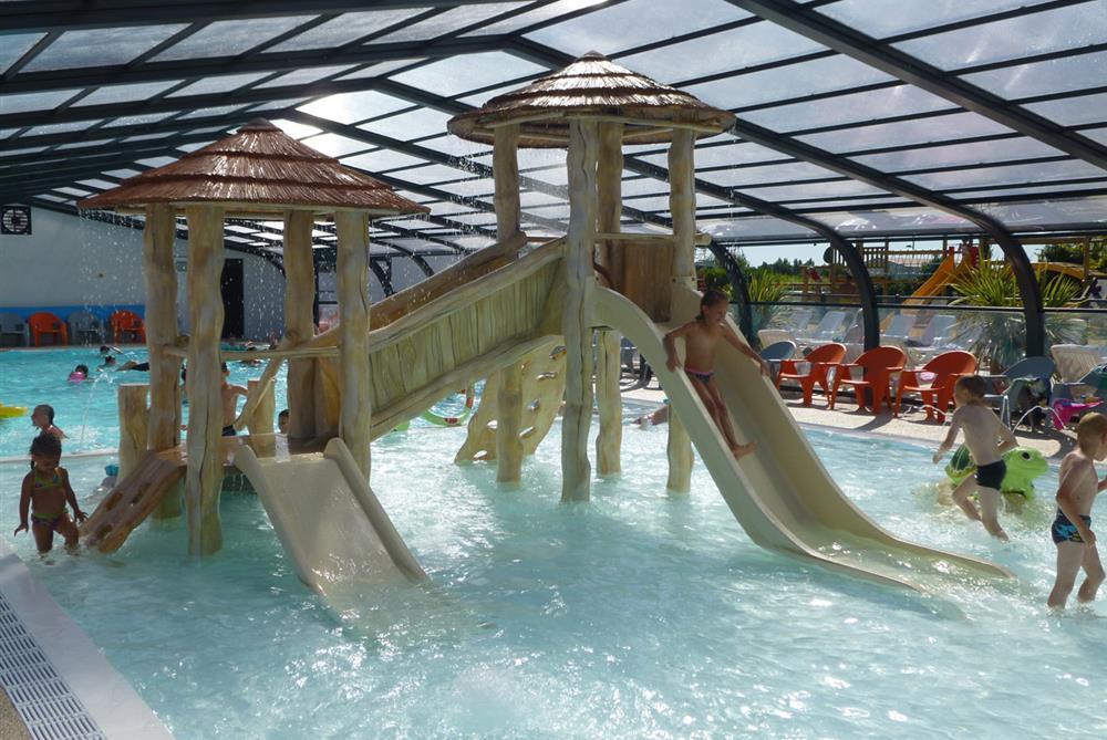 Camping vend e piscine couverte saint gilles croix de for Village vacances vendee avec piscine