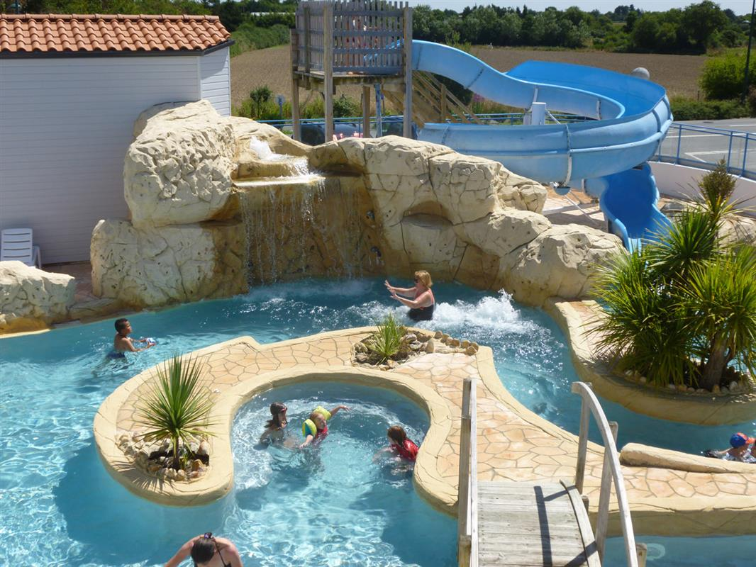 Camping vend e avec parc aquatique et piscine couverte for Camping avec piscine