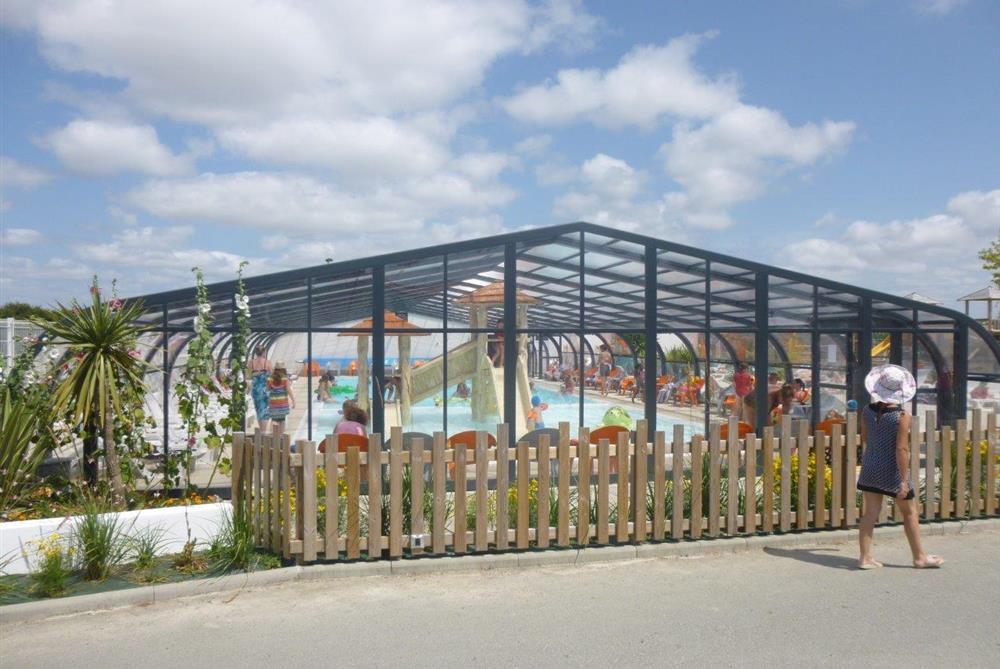 Camping avec espace aquatique piscine couverte et for Centre de vacances avec piscine couverte