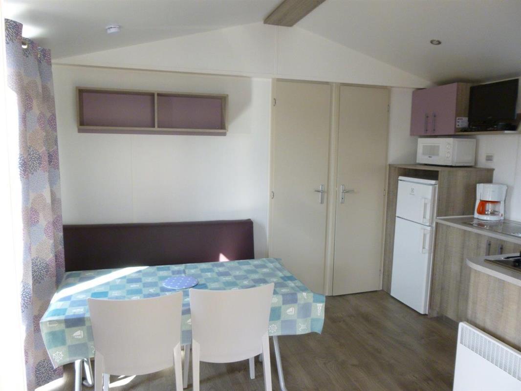 mobil home 2 ch 4 pers loggia neuf 2014 ou 2015 location mobil home saint gilles croix de. Black Bedroom Furniture Sets. Home Design Ideas